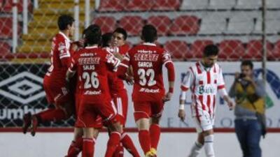 Jugadores de Tijuana festejan el gol de Alejandro Eugenio Guido.