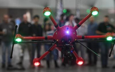 ¿Qué riesgos se deben considerar antes de pilotear un drone?