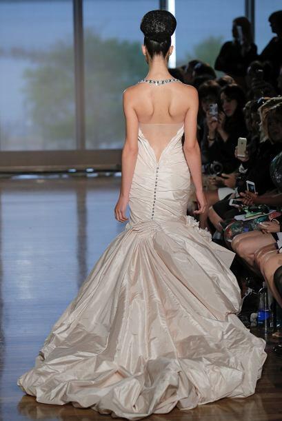 Un escote que nunca falla en elegancia es el de la espalda, porque en la...