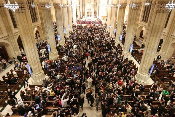 Una multitud se congregó en la catedral.
