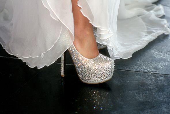 Un vistazo de cerca a los coquetos zapatos de la novia.