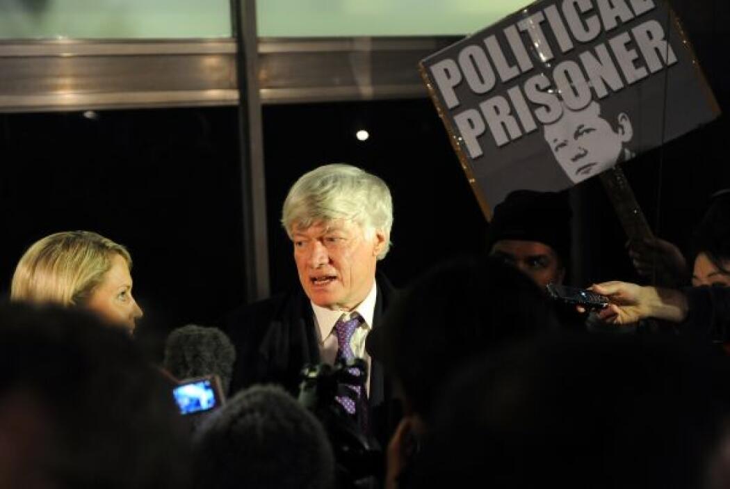 Mientras tanto, Assange lleva consigo un brazalete electrónico y deberá...