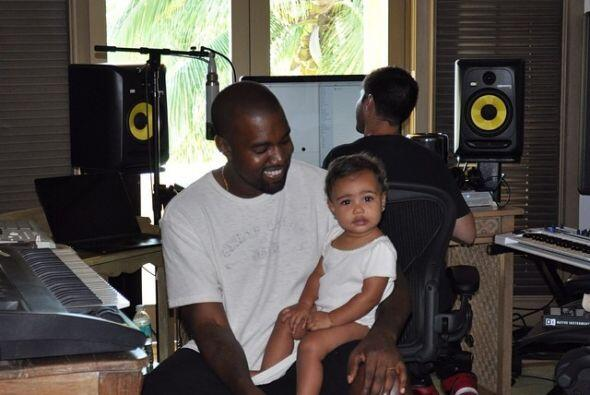 "La foto fue titulada como ""North West: The Future"", y aparece una frase..."