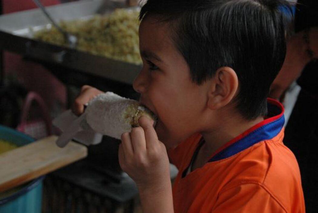 Jajajaja este niño sí que está disfrutando su elote.