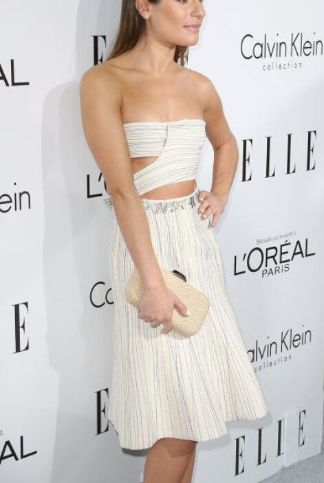 Un vestido 'strapless' color blanco con líneas multicolor de Calvin Klei...
