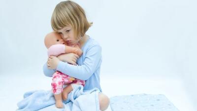 Déjala enseñarle a su muñeca. Regálale una q...