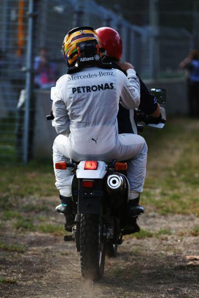 Hamilton tuvo que recibir ayuda para regresar al paddock.