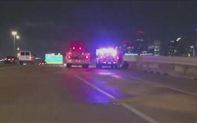 Reportan dos autos estrellados por hielo en vías de Houston