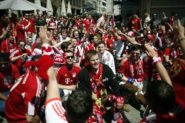 El rojo y rojo y blanco plenó las entradas del Allianz Arena y po...