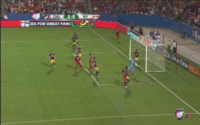 Espectacular salvada de Felipe Martins sobre la linea de gol en el Dalla...