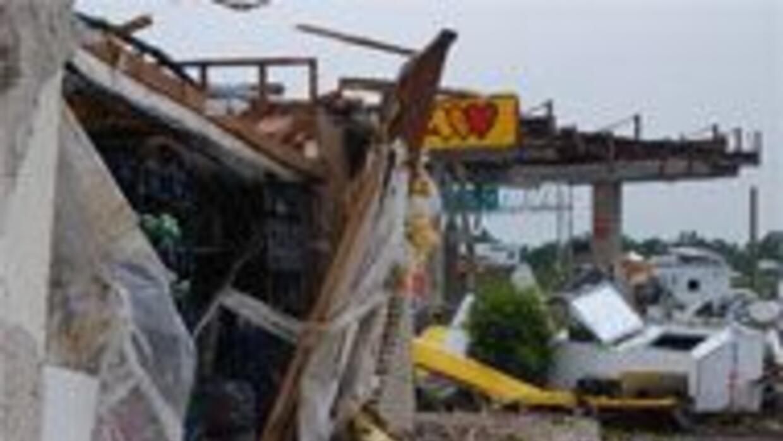 Cuantiosos daños y seis muertos fue el saldo del paso de varios tornados...