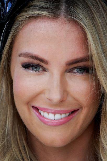 La Miss Universo del 2004, Jennifer Hawkins, puso más antojable su boca...