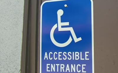 Hombre en silla de ruedas no para de entablar demandas en contra de nego...