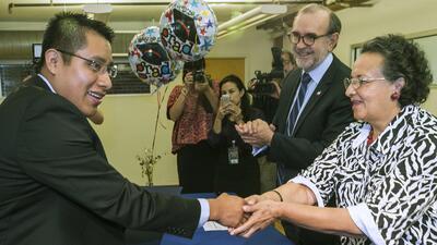 Jaime Luna (izq) tomó el curso de alfabetización en español en EEUU.