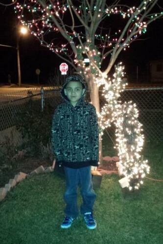 Adam Tavizon envió esta foto de su hijo junto a decoraciones de navidad.