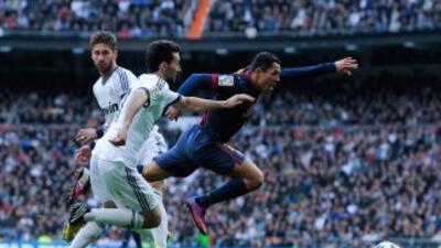Barcelona pidió penalti en esta caída de Adriano en al área a entrada de...