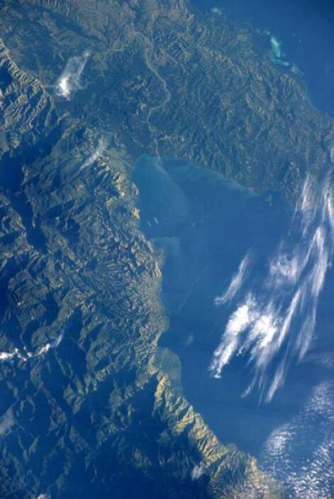 Buenas noches desde la ISS. Que bello se ve Papúa Nueva Guinea. Fotos: @...