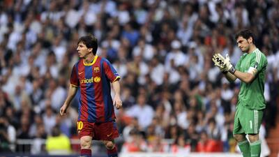 Iker Casillas y Leo Messi durante un derbi de España