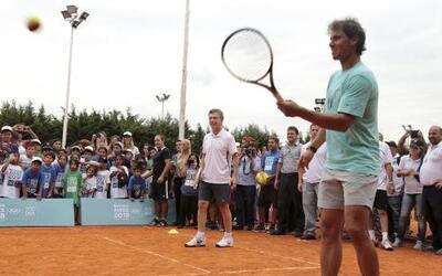 Rafael Nadal visitó el estadio vecino de San Lorenzo para jugar con niño...