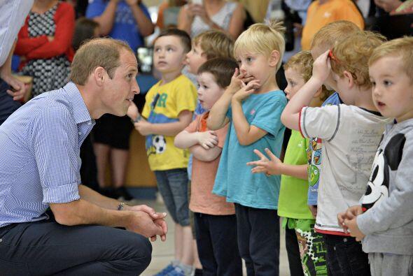 No podía faltar un príncipe William acercándose a l...