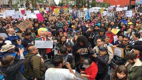 Cientos de personas protestaron este sábado 18 de febrero de 2017 en el...