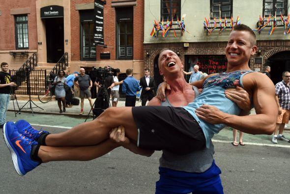 Justin Katter y Tim Loecker, residentes de Dallas, Texas, celebran el fa...