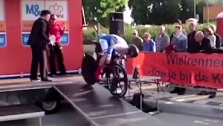 El ciclista alemán perdió el equilibrio y cayó.