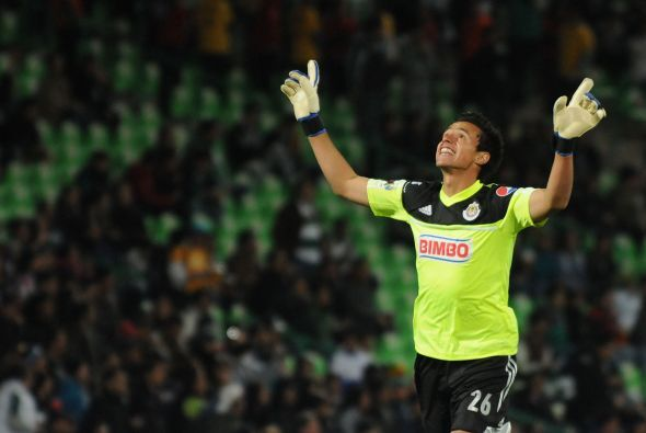 Toño Rodríguez, nuevo portero titular de Chivas, festejó el gol de Bravo...