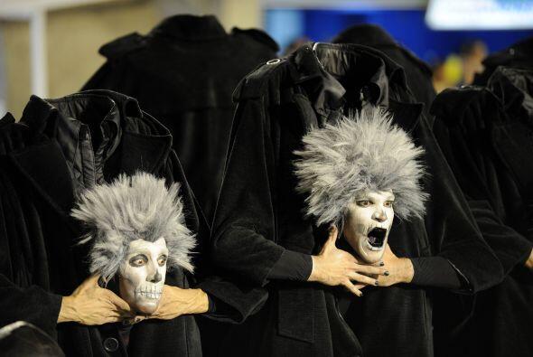 Miembros de la escuela Unidos da Tijuca desfilaron como zombis sin cabez...