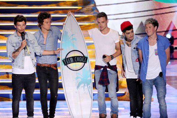 El grupo One Direction ganando su Teen Choice Awards 2013. - ¡Se lo mere...