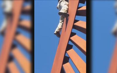 Video muestra el momento en que un hombre trepa el muro fronterizo