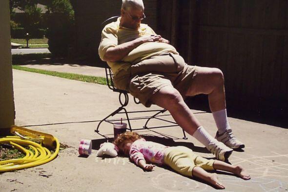 Este abuelo y su nieta parecen ser almas gemelas unidas en su amor por l...