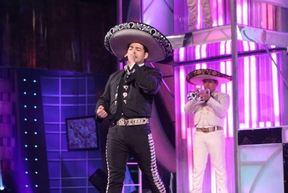El foro se engalanó con la presencia del mariachi quien acompañó al imit...