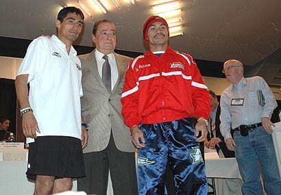 El promotor, Bob Arum, siempre elegante con sus boxeadores.