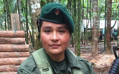Una combatiente en el campamento rebelde de las FARC.