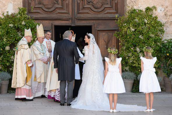 Como es tradición, la novia entró a la iglesia acompañada de su padre, H...