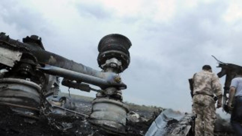 Una aeronave de Malaysia Airlines se estrelló con 298 personas abordo. E...