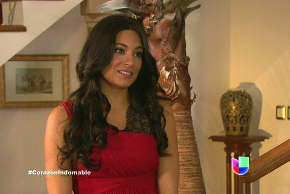 Maricruz se ve preciosa con ese vestido rojo, está lista para ir al teatro.