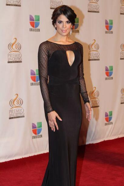 Carolina Ramírez lució un clásico vestidos negro.