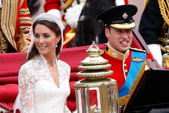 La pareja se dirigía al Palacio de Buckingham donde esperaban todos ansi...