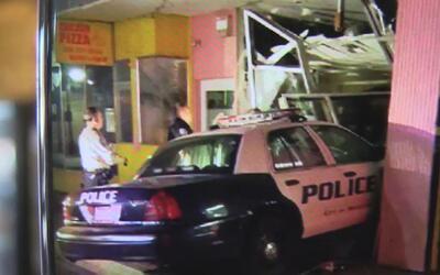 Patrulla de policía chocó en la ciudad de Modesto contra un negocio come...