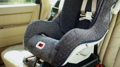 Dejan a menor de dos años dentro de un auto