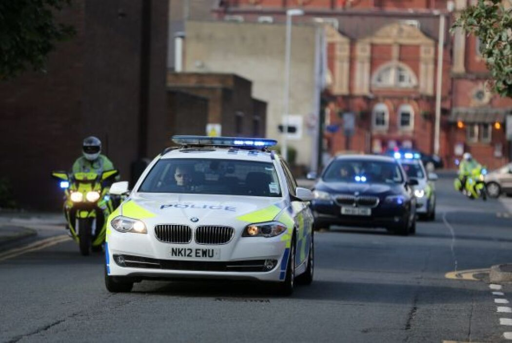 La escolta policíaca estaba conformada por tres autos de la policía y do...