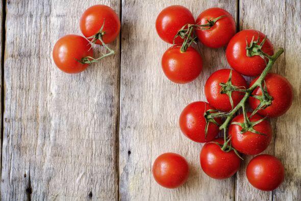 ¡Puedes preparar una deliciosa ensalada con tomates y el próximo alimento!