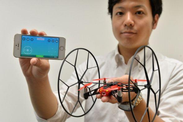 Una empresa francesa de alta tecnología muestra al mini drone &qu...