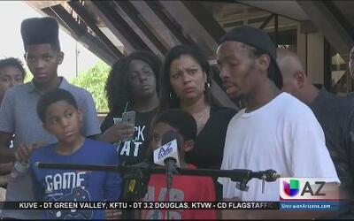 Exigen justicia padres de joven afroamericano muerto por la policía
