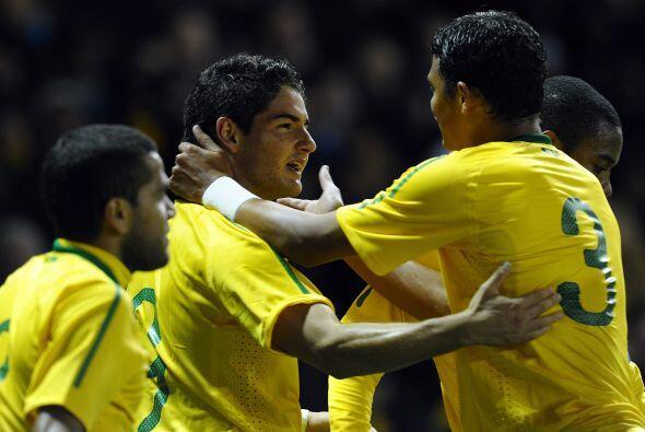 Los ´garotos´ derrotaron 2-0 a Ucrania en el amistoso jugado en Inglaterra.