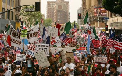Una marcha proinmigrante en el centro de Los Ángeles.