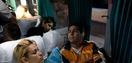 Cubanos migrantes esperan en un autobús en la ciudad Pedro De Alvarado,...