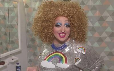 Esta drag queen lee historias para niños en una biblioteca pública de Br...